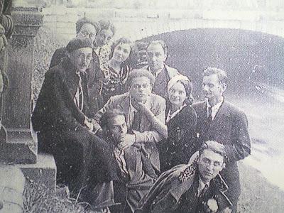 Grupul Alge, cu Geo Bogza si Sasa Pana, in ziua procesului pentru atentat la bunele moravuri, indreptat impotriva autorului Poemului Invective